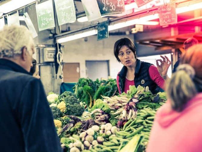 Certains clients avaient perdu la notion des saisons, alors Elise n'hésite pas à rééduquer et les orienter dans leurs choix - © 180°C - Éric Fénot