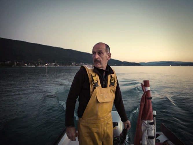 Bernard Curt est l'un des deux derniers pêcheurs professionnels du lac - © 180°C - Photographie Éric Fénot
