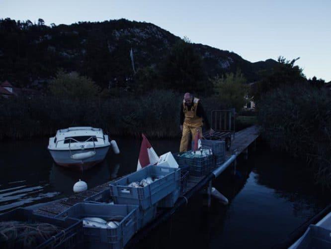 La journée n'est pas terminée, Bernard doit encore vider les poissons, préparer les commandes pour les poissonniers de la région et quelques chefs -© 180°C - Photographie Éric Fénot
