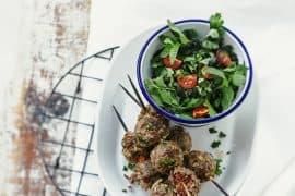 Brochettes kefta et salade d'herbes 3