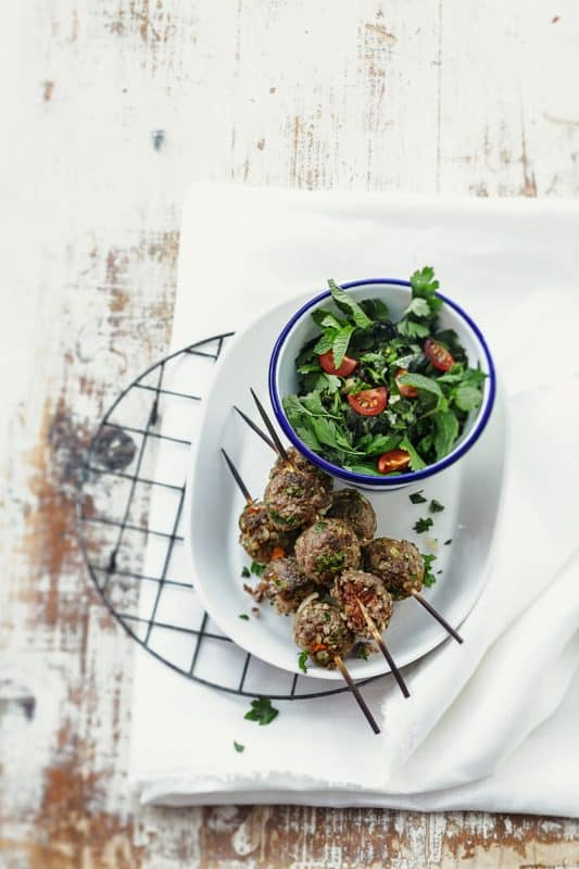 Brochettes kefta et salade d'herbes