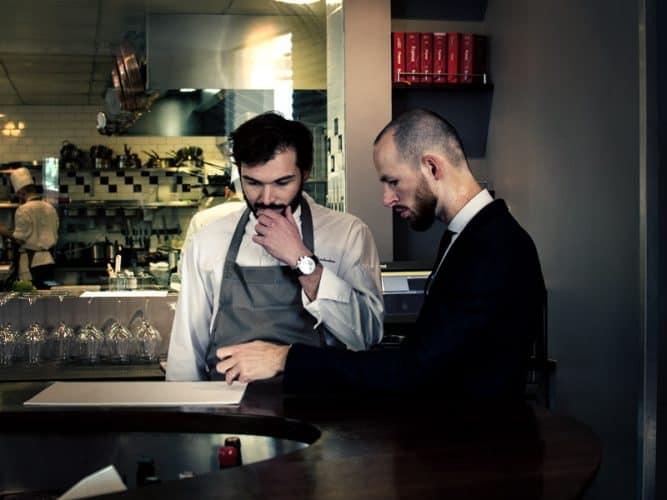 """""""Pas de cueillette ce matin"""", avec Martin, son directeur de salle, le chef doit repenser sa carte... Cuisine de saison oblige - © 180°C - Photographie Olivier Pascuito"""