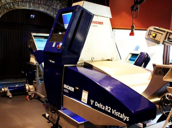 La trieuse optique. Des rayons lasers détectent les grains non conformes qui sont écartés.