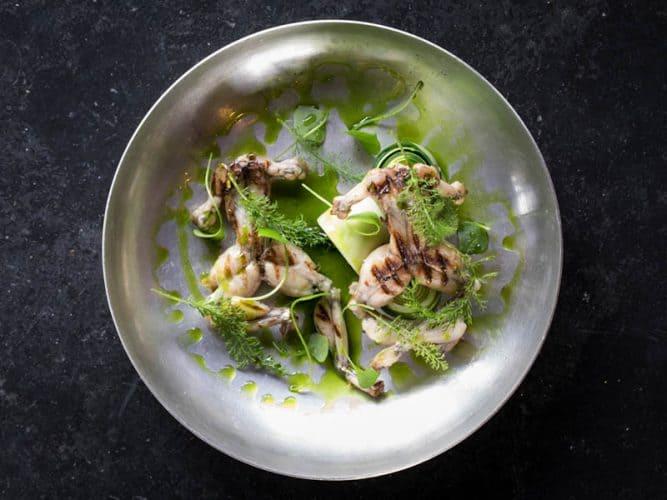 Grenouilles grillées au beurre, rouleaux de courgette et herbes du jardin © 180°C - Photographie Camille Oger