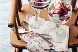 rhubarbe confite à la rose et crème fouettée