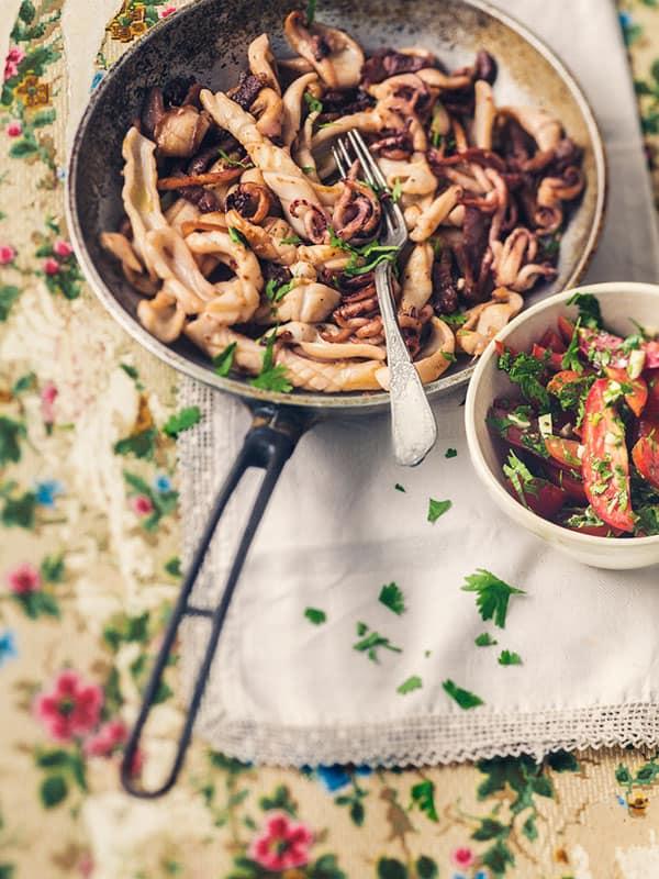 Calamars sautés à l'ail et tomates