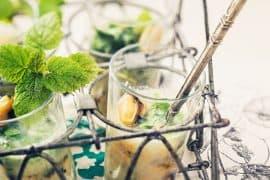 Moules froides au gingembre,<br>mélisse et coriandre