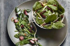 Épinards sautés aux poires, vin rouge et cannelle
