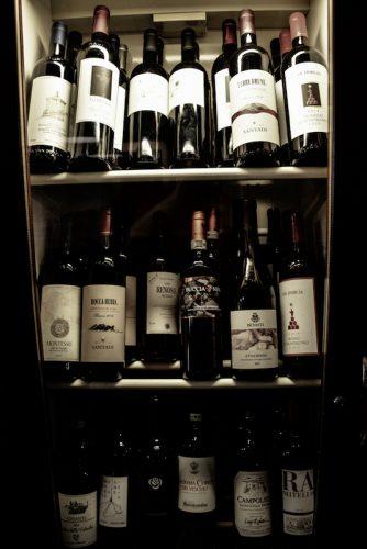 De quoi recevoir les amis. Vous y trouverez les Dettori Bianco et Rosso d'Alessandro Dettori, pour les grandes soifs d'été demandez la bière brassée maison. - © 180°C Photographie Nicolas Reyboubet