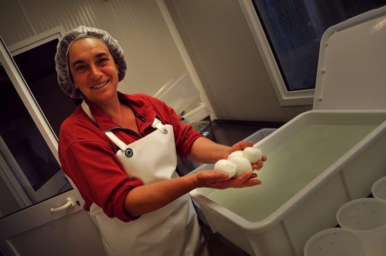 L'agricultrice de 48 ans au caractère bien trempé s'est lancée dans une folle aventure en 2009: la production de mozzarella bretonne - © 180°C - Photographie Eleonore Bohn