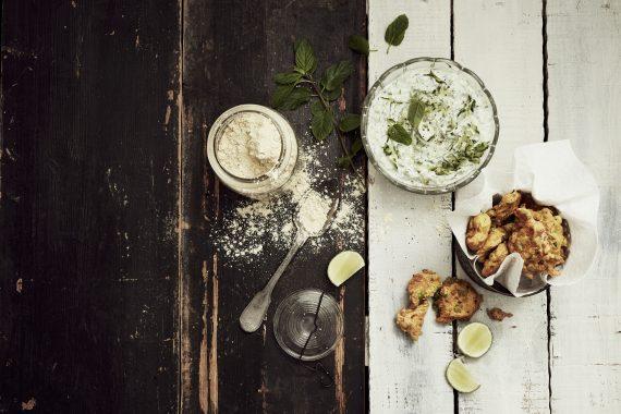 Beignets d'oignons et petits pois à la farine de pois chiche