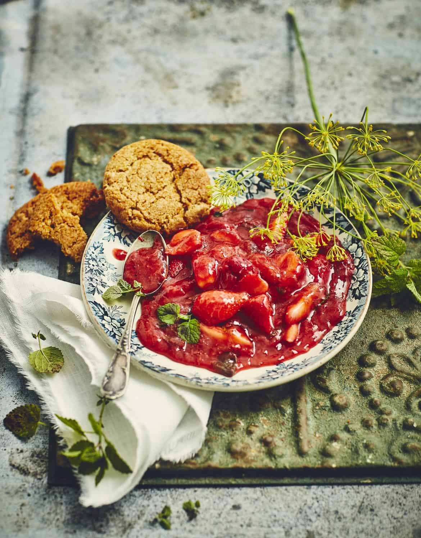 Compote de fraises à la mélisse & biscuits
