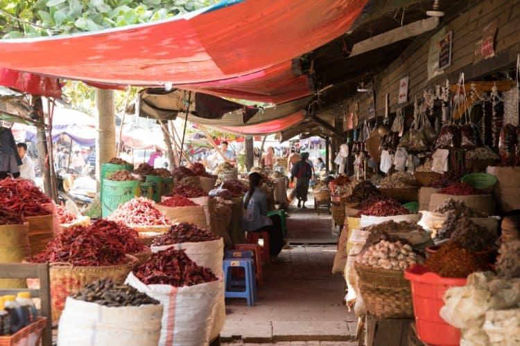 La marchande d'épices, marché central de Mandalay - © 180°C Photographie Camille Oger
