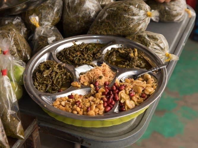 Assiette de dégustation avec échantillons de thé fermenté au marché de Mandalay - © 180°C - Photographie Camille Oger