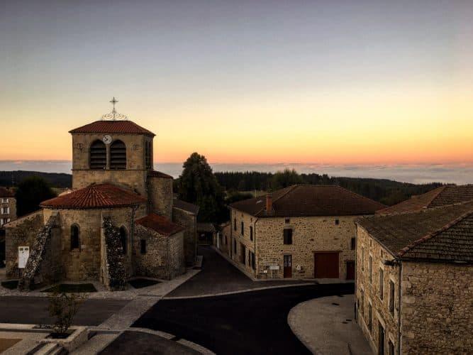 Face à l'auberge cette belle église datant du 12ème siècle - © 180°C - Photographie Jill Cousin
