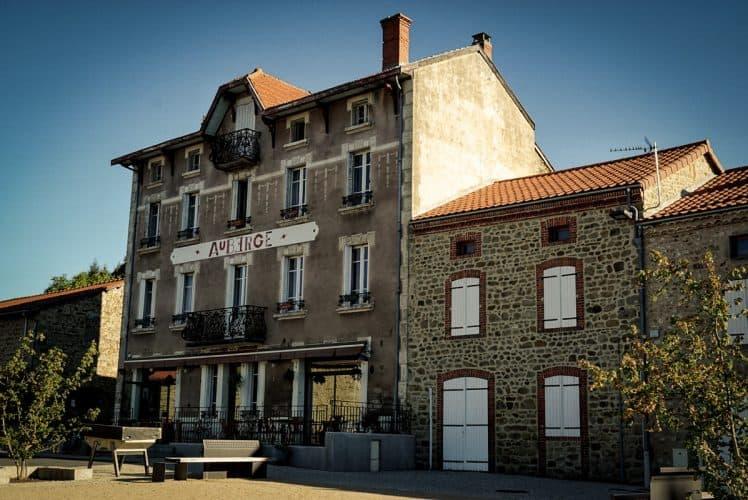 La façade de l'auberge se dresse sur la place principale de Chassignolles - © 180°C - Photographie Jill Cousin