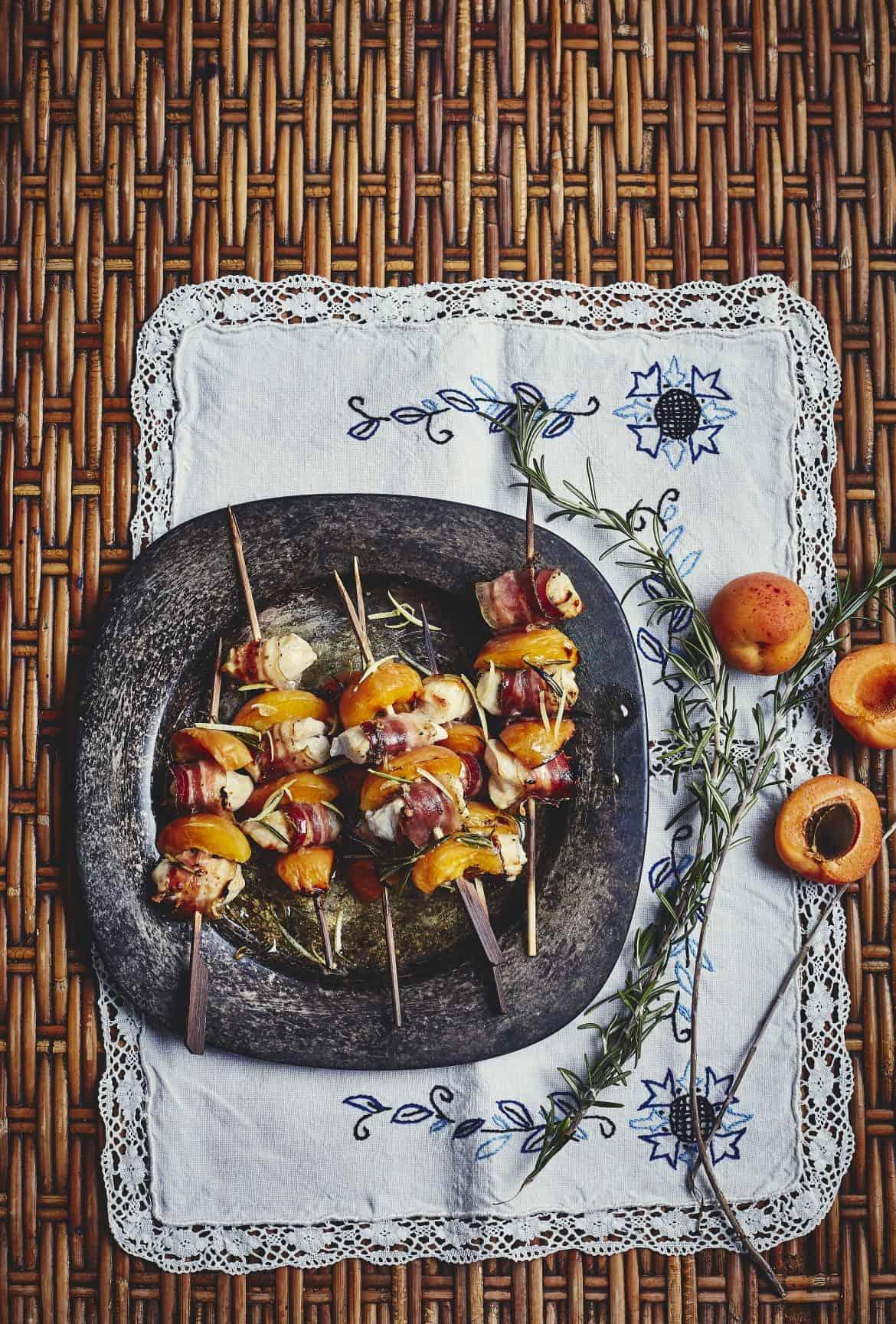 Brochettes d'abricots au poulet et ventrèche poivrée 1