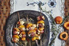 Brochettes d'abricots au poulet et ventrèche poivrée