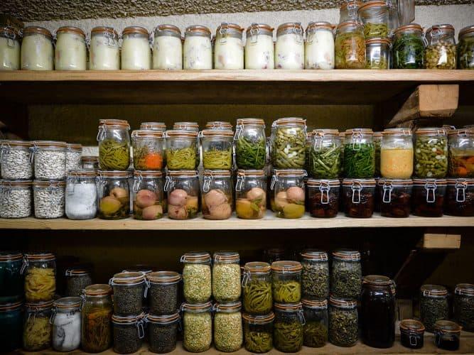 On ramasse nos légumes, nos herbes. C'est ça le monde rural. L'alimentation c'est notre carburant. Mes ancêtres ont vécu 100 ans avec les plantes d'ici… - © 180°C - Photographie Manu Rodriguez