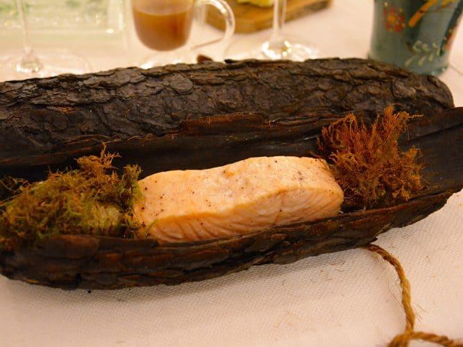 Le « saumon rosé cuit dans l'écorce d'épicéa, sauce beurre blanc » est un modèle du genre. - © 180°C - Photographie Manu Rodriguez