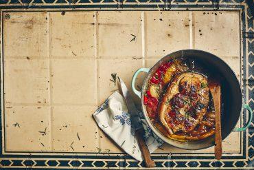 Rouelle de porc braisée aux poivrons et échalotes