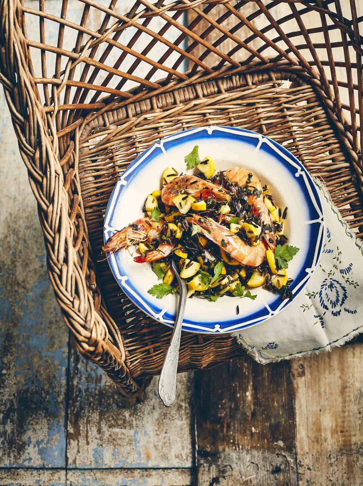 Salade de riz noir, courgette et crevettes sautées