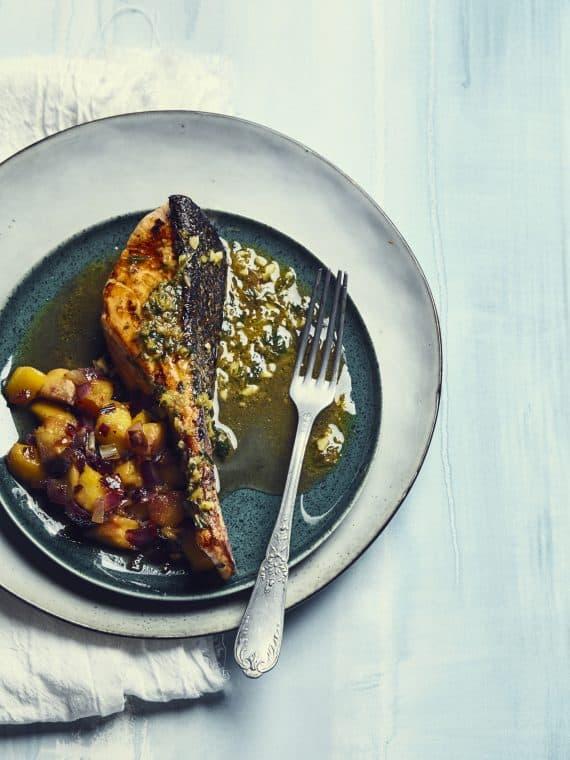 Saumon et condiment de pêche jaune
