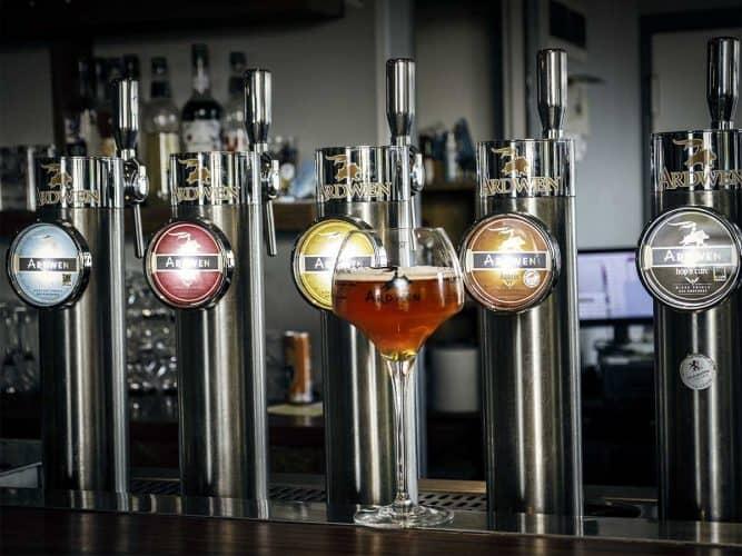 Les crus Ardwenn, des bières aromatiques «sur lie», de fermentation haute, refermentées en bouteille, et à la mousse fine, qui ont fait la renommée de la brasserie - © 180°C - Photographie
