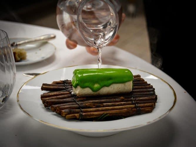 Filet d'omble roulé, saisi vapeur, beurre maître d'hôtel au sapin. Le Chef a ajouté «l'eau du lac» bouillante, couvert avec une cloche de verre - © 180°C - Photographie Manu Rodriguez
