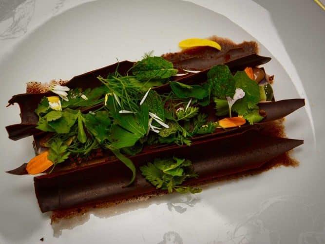 Le nouveau dessert «Chocolat aux herbes» imprime l'esprit d'une balade en sous-bois - © 180°C - Photographie Manu Rodriguez
