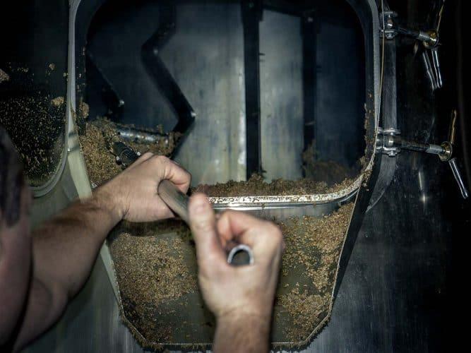 De l'empâtage à la deuxième fermentation en bouteille - caractéristique des bières Ardwen - ce sont neuf salariés au total qui œuvrent à la fabrication des 500 hectolitres annuels sous l'œil vigilant de Geoffrey, le maître-brasseur - © 180°C - Photographie