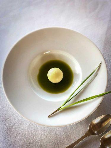 Pré-dessert aux herbes et chocolat blanc, une création d'Edouard Loubet inspirée par la nature environnante - © 180°C  Photographie Manu Rodriguez