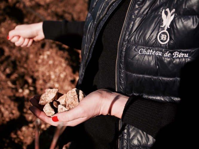 Un peu plus haut, sur Montserre, point culminant à 400 mètres, on retrouve de gros morceaux de calcaire fossilisé très anguleux sur le sol, qui donnent au vin une typicité différente, des notes fumées.  - 180°C - Photographie Manu Rodriguez