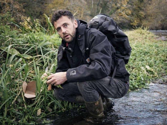 Pierre-Edouard Robine, en cueillette aquatique au bord de l'Orne.  - 180°C - Photographie Jill Cousin