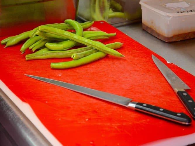 « Rien ne se perd, rien ne se crée, tout se transforme », chez Armand Arnal, les cosses des fèves feront d'exquises tempura - © 180°C Photographie Manu Rodriguez