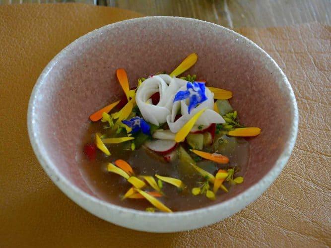 « Bouillon printanier, jeunes légumes et citrons confits », une entrée qu'aurait pu signer Alain Passard - © 180°C Photographie Manu Rodriguez