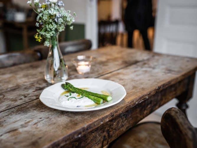 À l'Auberge de Chassignolles, les dernières asperges vertes de la saison par le chef australien Sebastien Myers. - © 180°C - Photographie Anne-Claire Heraud
