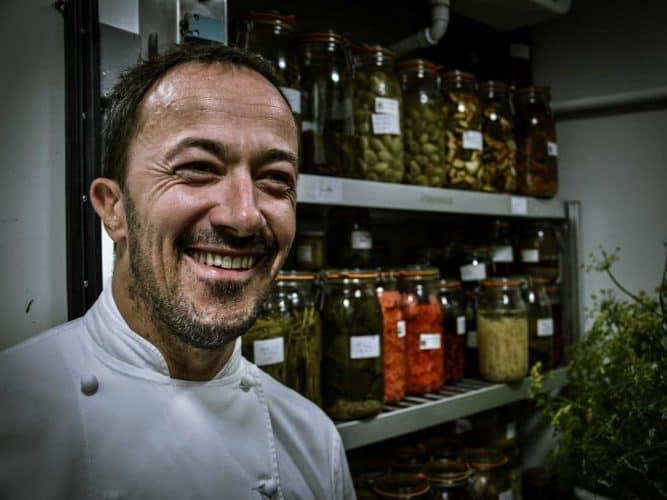 Le chef Romain Meder et ses conserves et fermentations maison - © 180°C - Photographie Manu Rodriguez