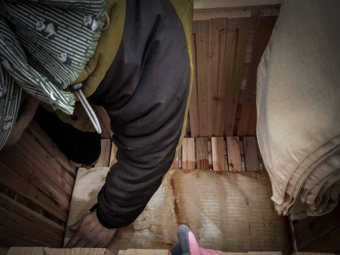 Enveloppé et empilé dans des sacs ou des linges, le produit est mis sous presse pour extraire la sauce liquide. - © 180°C - Photographie Julia Bouchet