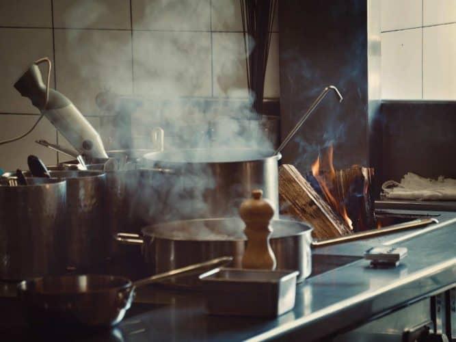 Le grill au feu de bois intégré dans le piano d'Alexandre Couillon. Il y brûlera notamment la peau de ses maquereaux.© 180°C - Photographie Manu Rodriguez