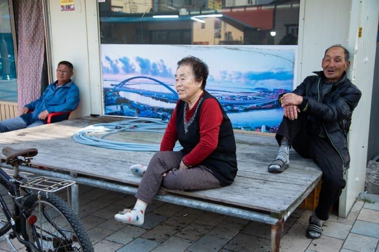 Jeong-Ok Lim, habitante d'Abai-maeul, se souvient de son arrivée il y a près de 70 ans - © 180°C - Photographie Camille Oger