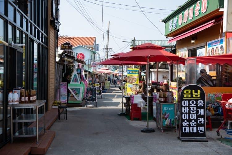 Rue touristique d'Abai-maeul, avec restaurantys de fruits de mer à gogo - © 180°C - Photographie Camille Oger