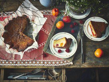 Gâteau aux abricots, framboises et citron vert