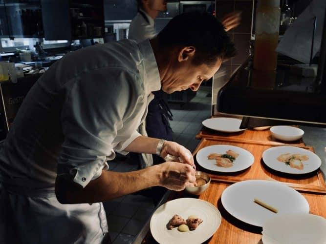 Cyril Attrazic en cuisine dans son restaurant Chez Camillou a Aumont Aubrac - © 180°C - Photographie Manu Rodriguez