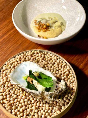 L'huître de Bouzigues en deux services / pois blonds de la Planèze - © 180°C - Photographie Manu Rodriguez