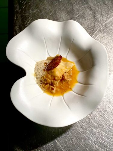 La raviole d'écrevisses et son ragoût de tripettes de veau, un plat canaille, gourmand et précis à la fois qui fleure bon le terroir aubracois © 180°C - Photographie Manu Rodriguez