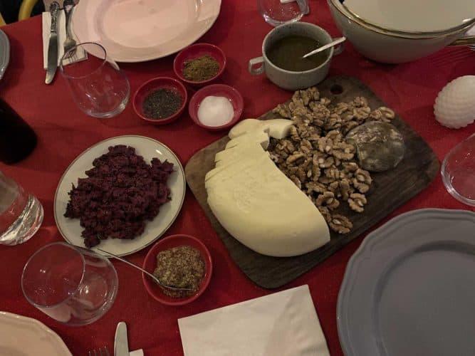 Fromage et noix, et la mixture de betterave sur la table du 31décembre. - © 180°C Photographie Pauline Dupin-Aymard