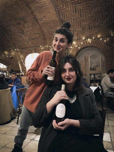 Ketevan à gauche et Tamuna à droite. Chacune tient son vin dans les mains. À Vino Underground, Tbilissi - © 180°C - Photographie Pauline Dupin-Aymard