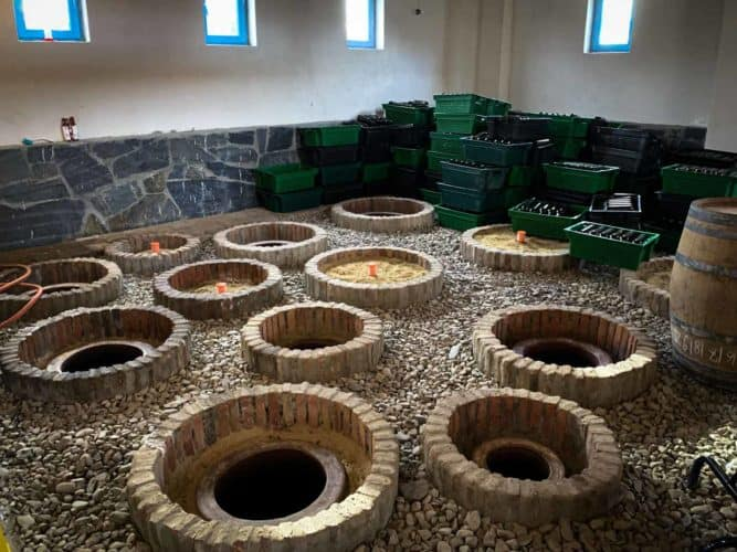Qvevri enterrées à Artana, chez Anastasia, domaine Artana Wines. -  - © 180°C Photographie Pauline Dupin-Aymard