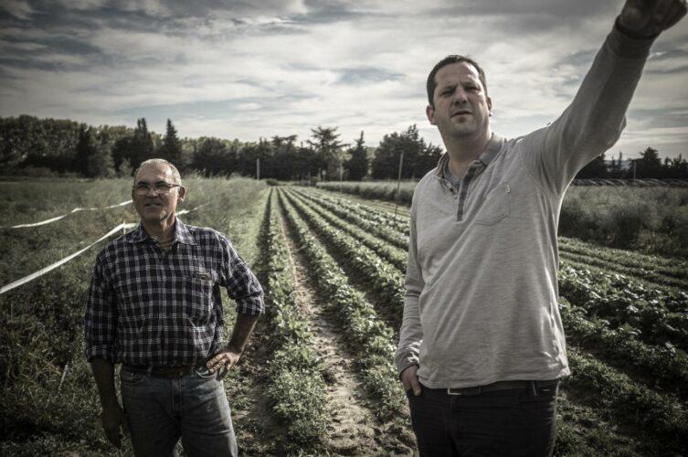 À droite, le chef Nicolas Bottero, à gauche, Didier feraient, l'un de ses plus fidèles producteurs - © 180°C - Photographie Olivier Pascuito